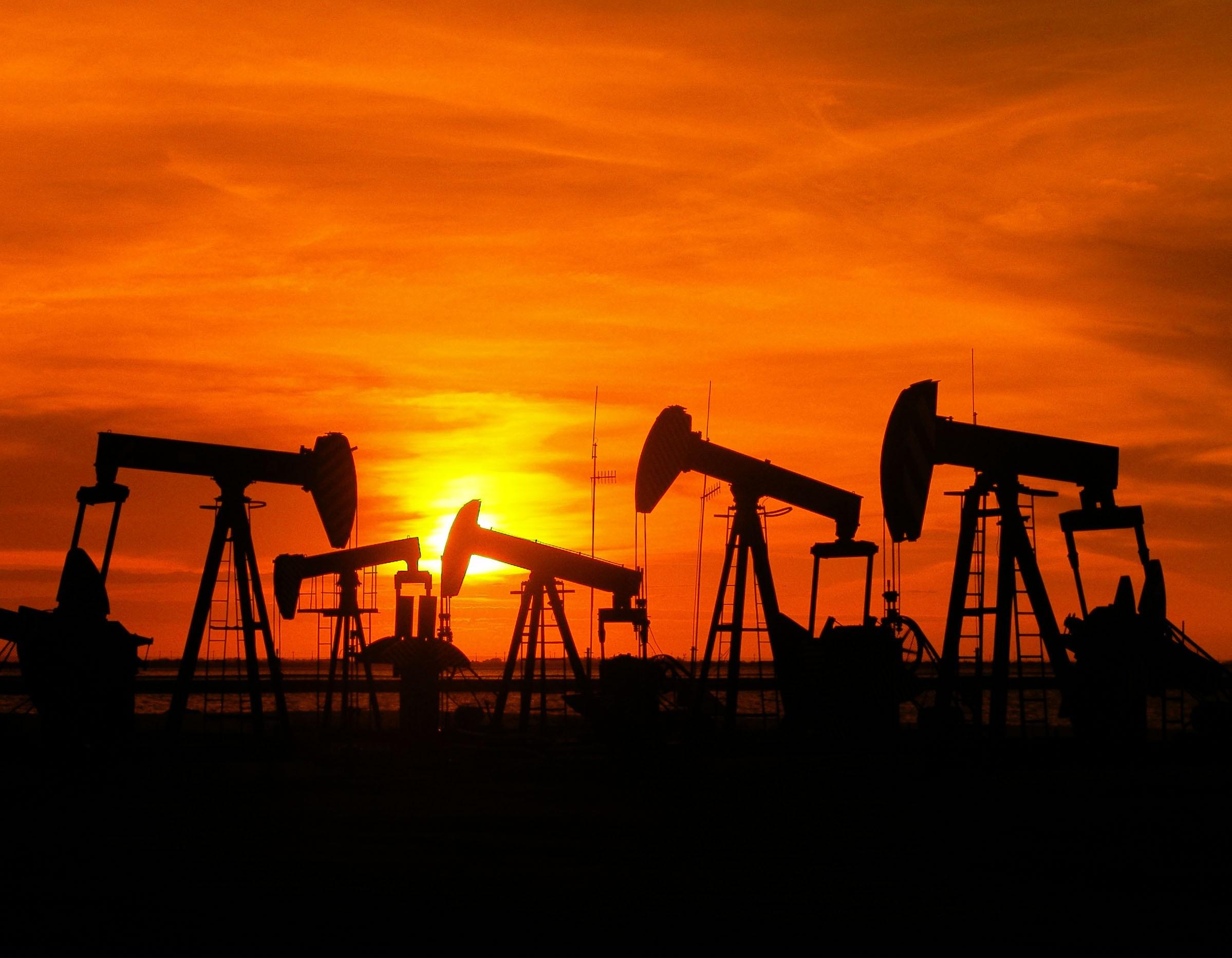 Petróleo sobe 2% e reverte perdas após recados de reunião da Opep+