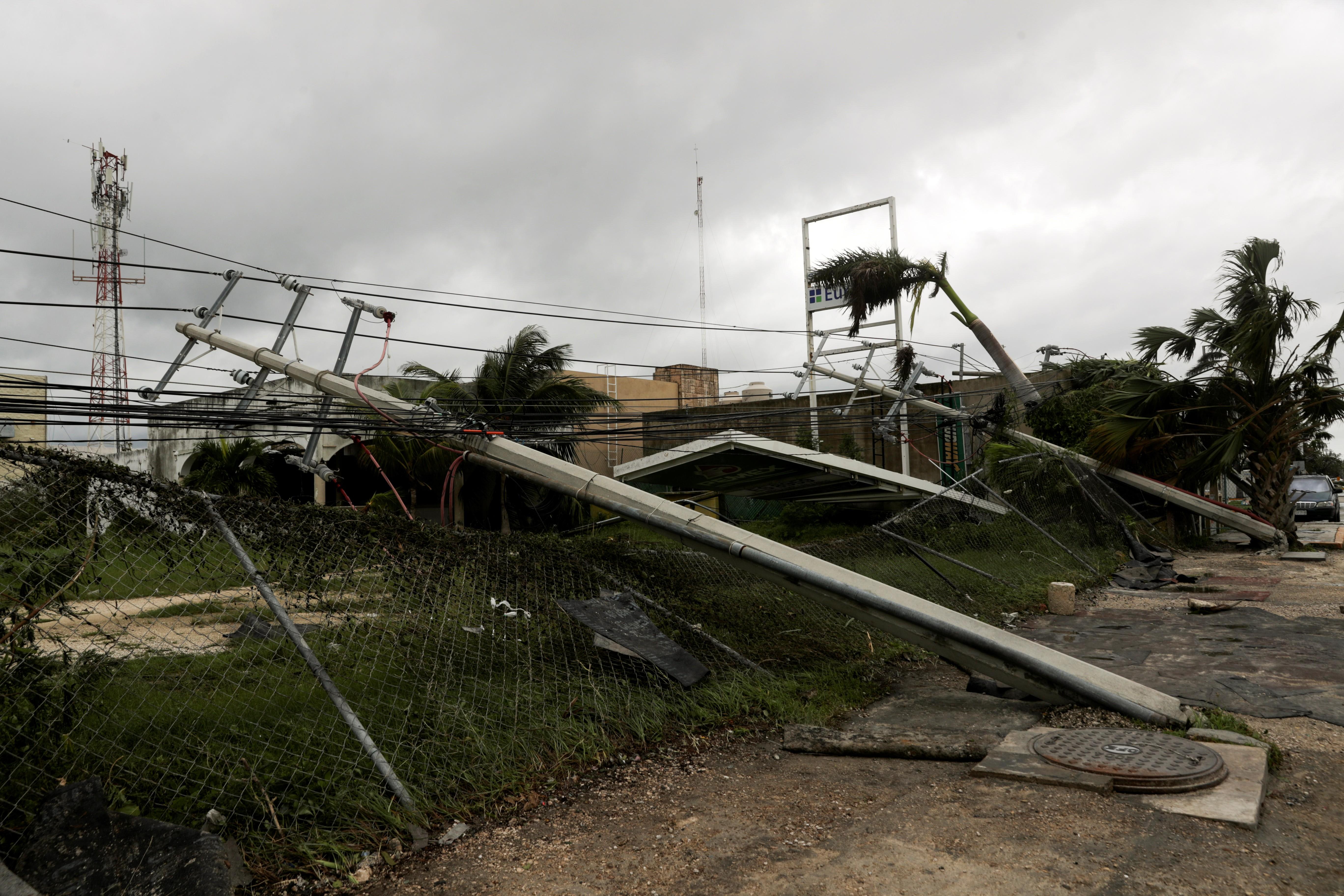 Zeta é rebaixado a tempestade tropical após tocar terra no Caribe mexicano