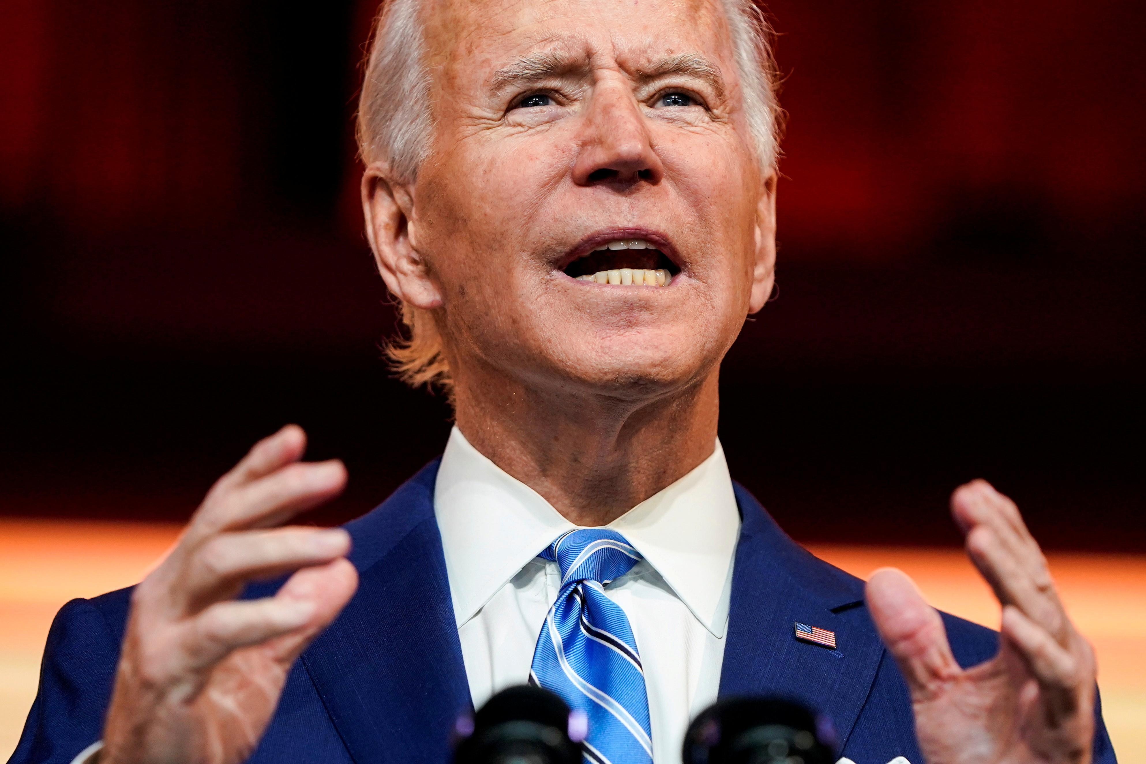 Joe Biden torce o tornozelo ao brincar com cachorro