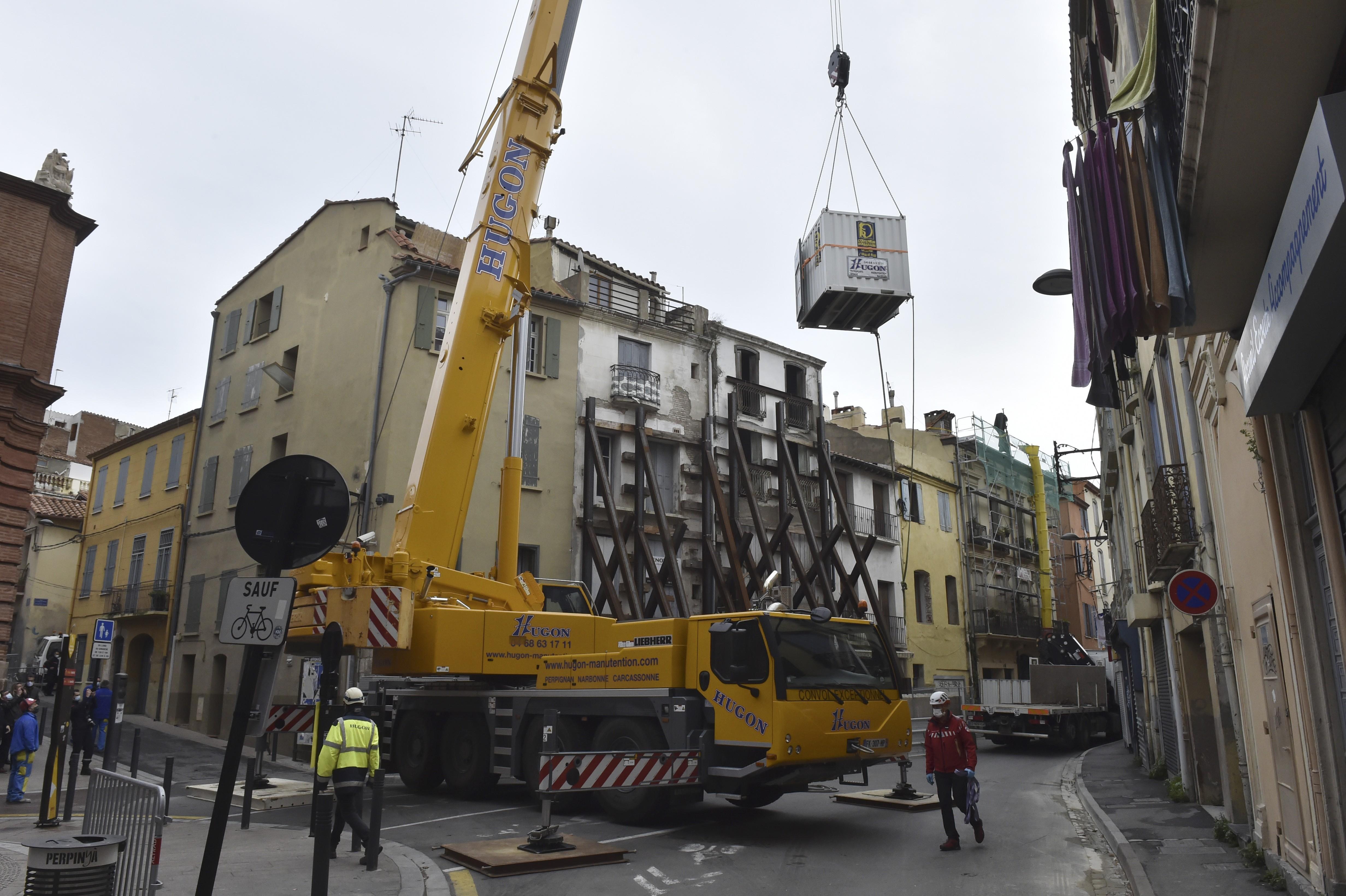 Homem de 300 kg é resgatado de casa por guindaste na França