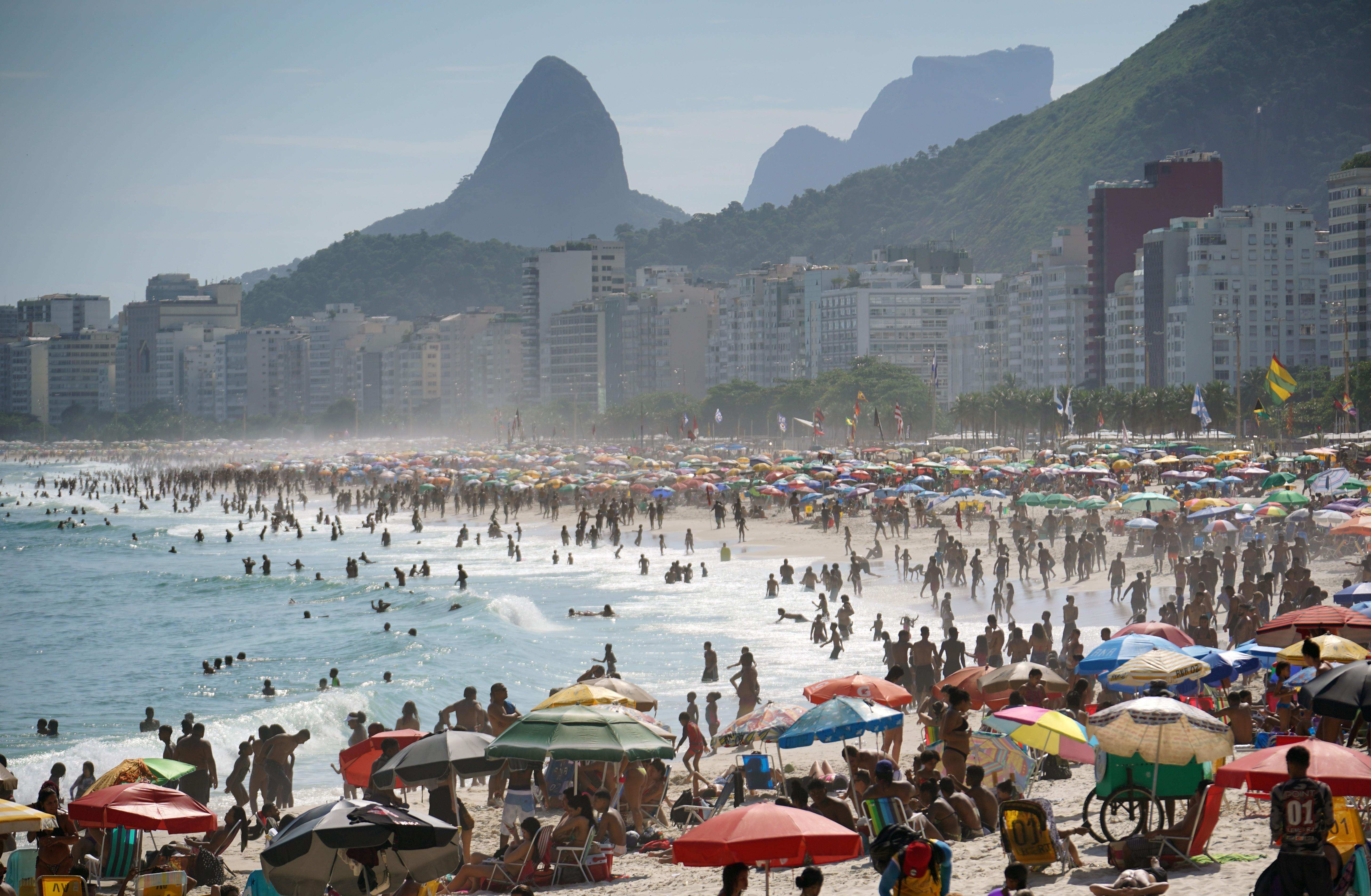 Depois de chegar a 1,30, taxa de transmissão da Covid-19 no Brasil cai para 1,02, aponta Imperial College